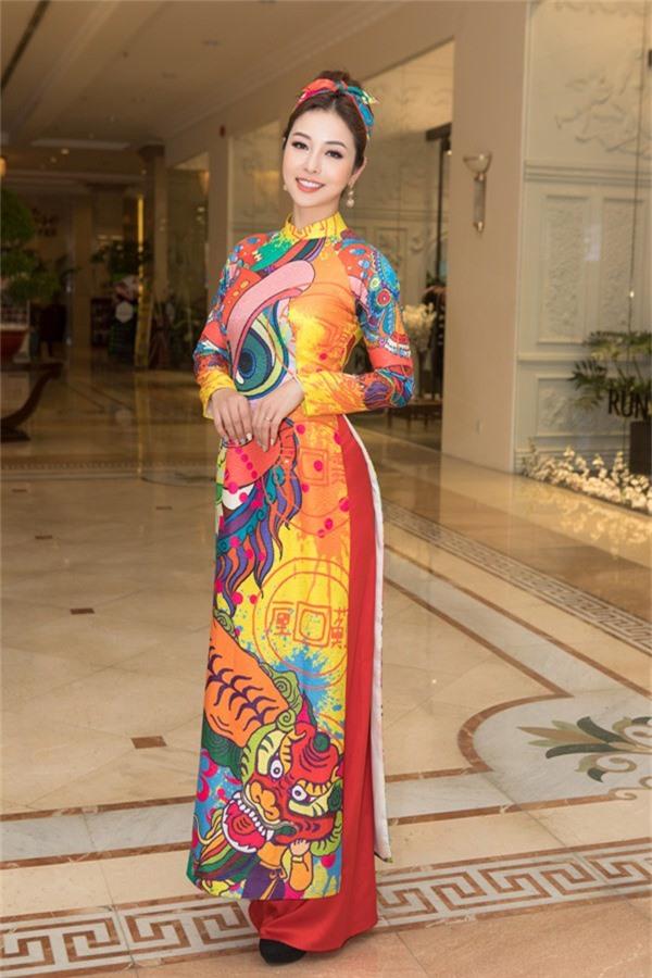 Không cần xiêm y cầu kỳ, Hoa hậu Jennifer Phạm vẫn ghi điểm với mẫu áo dài tôn dáng của NTK Thủy Nguyễn.