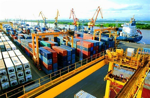 Nền kinh tế Việt Nam hiện có độ mở rất lớn. Hình ảnh cho thấy hoạt động xuất nhập khẩu sôi động tại cảng Hải Phòng.