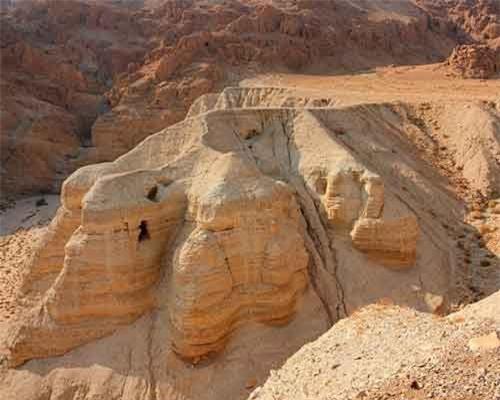Các hang động ở khu vực khảo cổ Qumran trong sa mạc Judean, Bờ Tây, Israel.