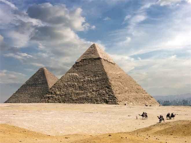 Đại Kim tự tháp ở Giza là kim tự tháp lớn nhất thế giới.