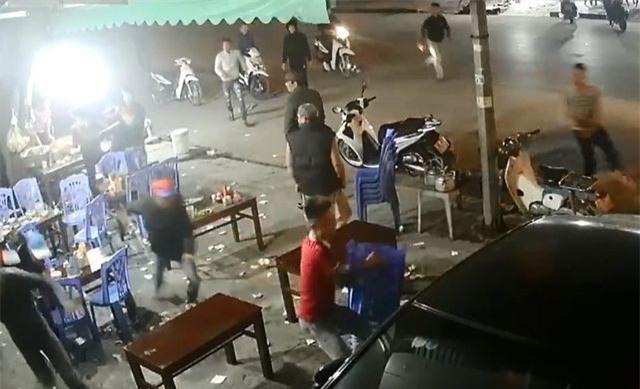 Nhóm côn đồ truy sát người tại quán ăn đêm (Ảnh cắt từ clip).