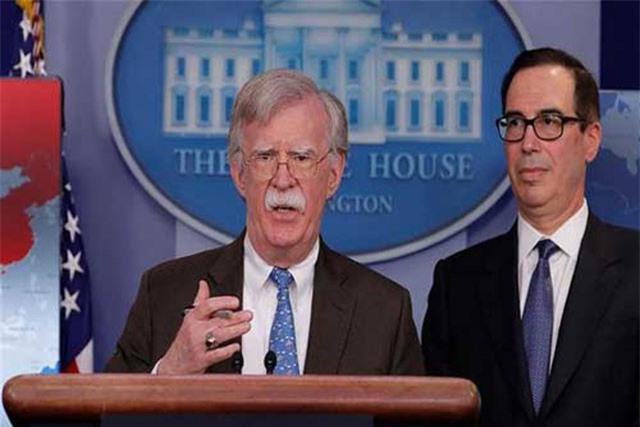 Cố vấn an ninh quốc gia Mỹ John Bolton công bố lệnh trừng phạt mới với Venezuela. (Ảnh: Reuters)