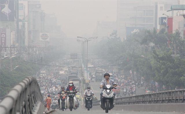 Bụi từ các phương tiện giao thông gây ô nhiễm môi trường.