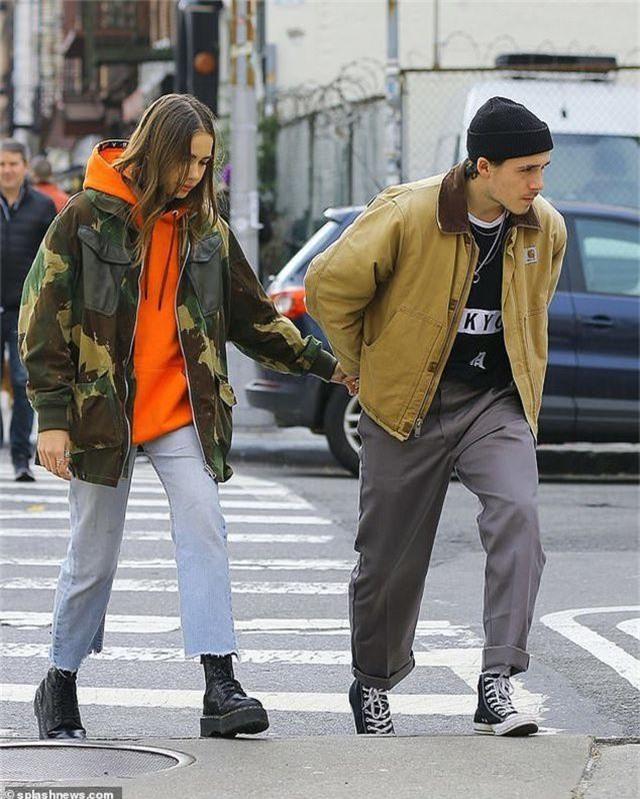 Brooklyn Beckham hôn bạn gái mới trên phố - 1