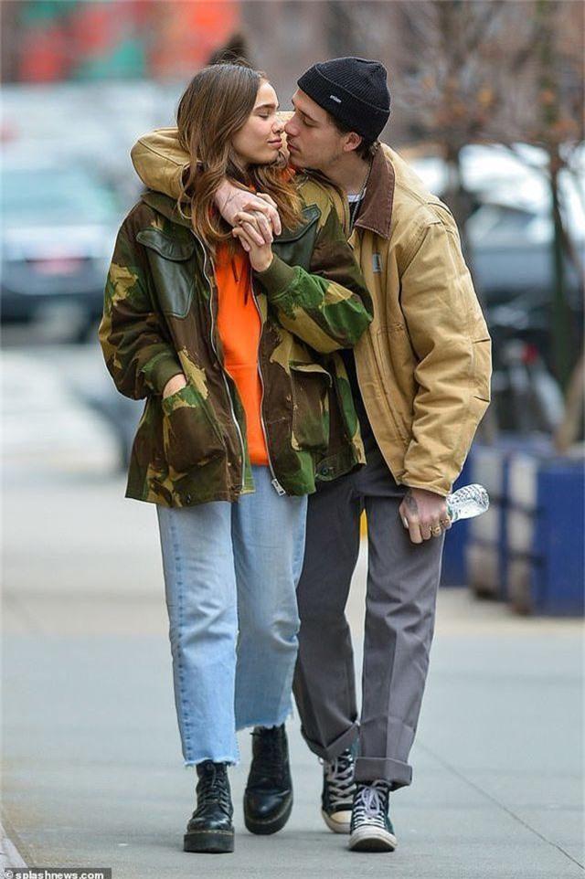 Brooklyn Beckham hôn bạn gái mới trên phố - 2