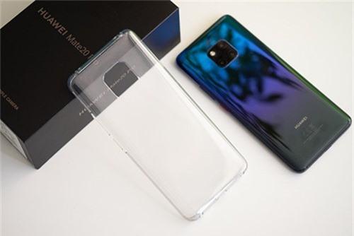 Đa số smartphone Trung Quốc có sẵn ốp lưng trong hộp. Ảnh: PhoneArena.