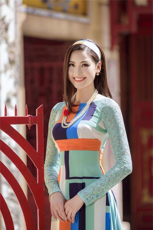 Phần tay áo biến tấu bằng chất liệu ren tạo độ mềm mại, nữ tính. Chị em có thể nhấn nhá cho trang phục bằng băng đô bản to và dây đeo ngọc trai.