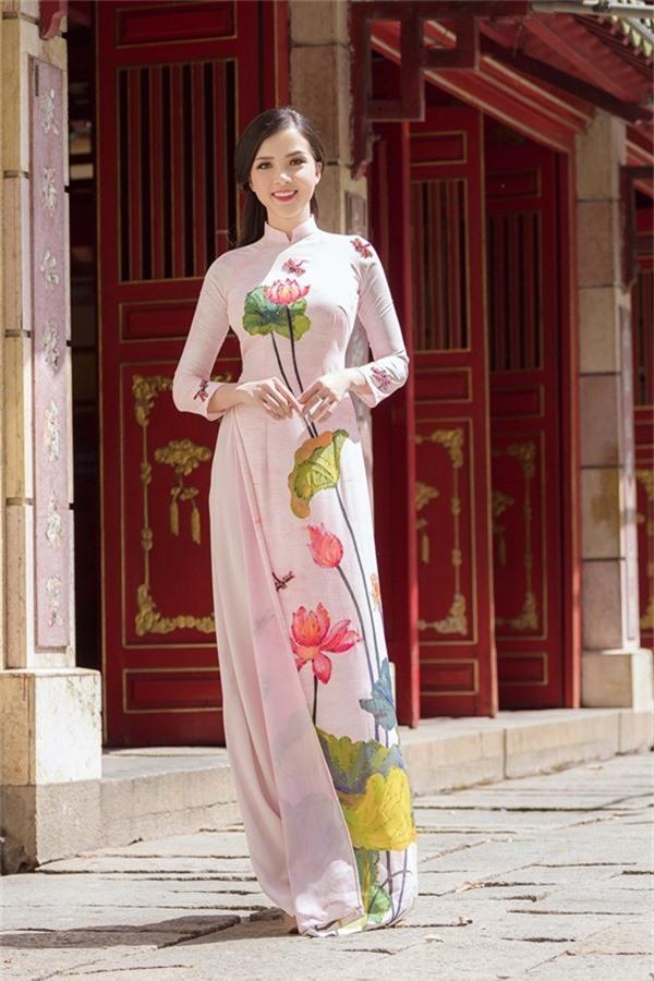 Hoạ tiết mái ngói, phố cổ và hoa sen vẽ tỉ mỉ trên từng tà áo.