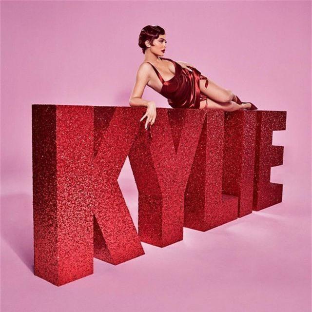 Kylie Jenner bốc lửa trong bộ ảnh mới - 2