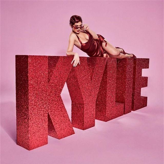 Kylie Jenner bốc lửa trong bộ ảnh mới - 5