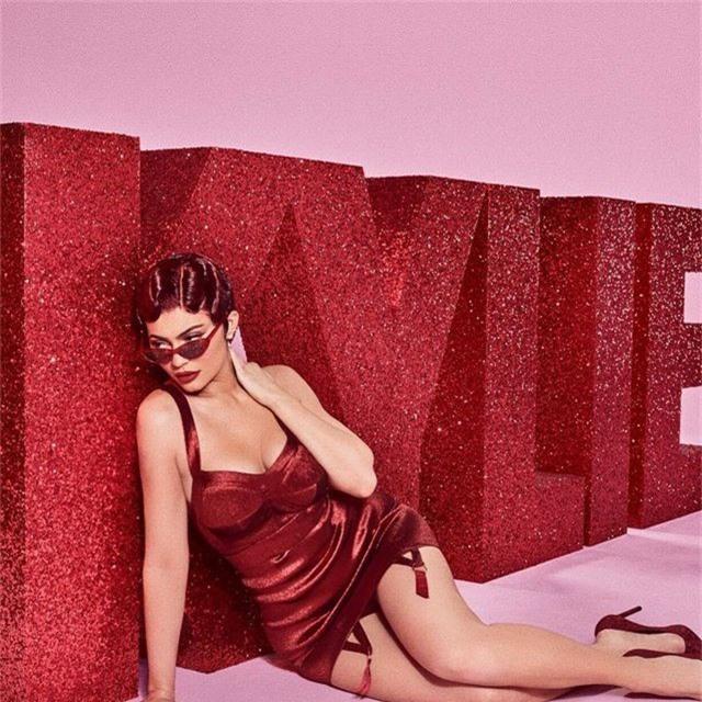Kylie Jenner bốc lửa trong bộ ảnh mới - 7