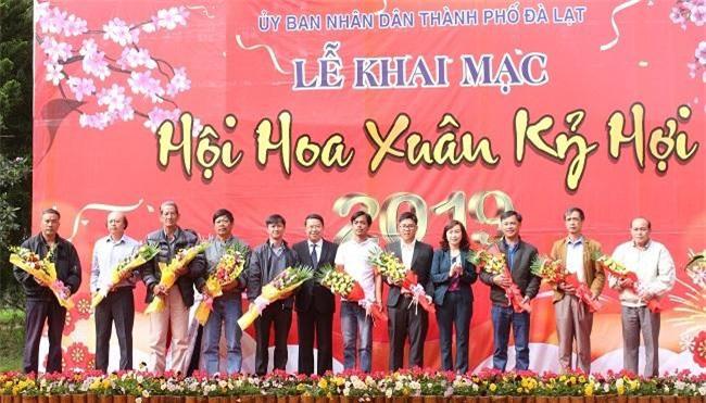 Lãnh đạo TP. Đà Lạt tặng hoa tri ân những nghệ nhân, đơn vị đã không quản ngại bộn bề ngày cuối năm mang tác phẩm đến tham dự Hội hoa Xuân (Ảnh: VH)