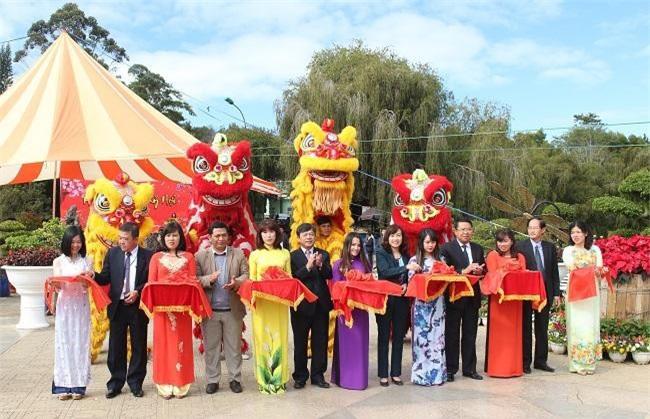 Lãnh đạo tỉnh Lâm Đồng và TP. Đà Lạt cắt băng chính thức khai mạc Hội hoa Xuân Kỷ Hợi 2019 (Ảnh: VH)