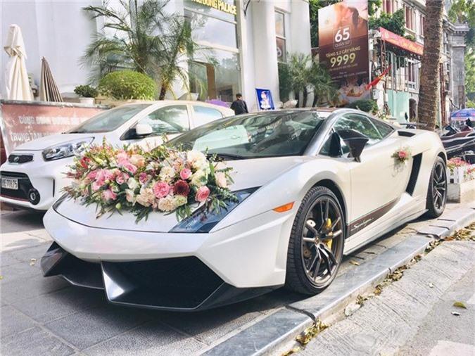 Siêu xe Lamborghini Gallardo Superleggera độc nhất Việt Nam làm xe hoa. Chiếc Lamborghini Gallardo LP570-4 Superleggera độc nhất tại Việt Nam xuất hiện trên phố Hà Nội với hoa cưới cỡ lớn được gắn trên nắp capô phía trước và cánh gió đuôi sau. (CHI TIẾT)