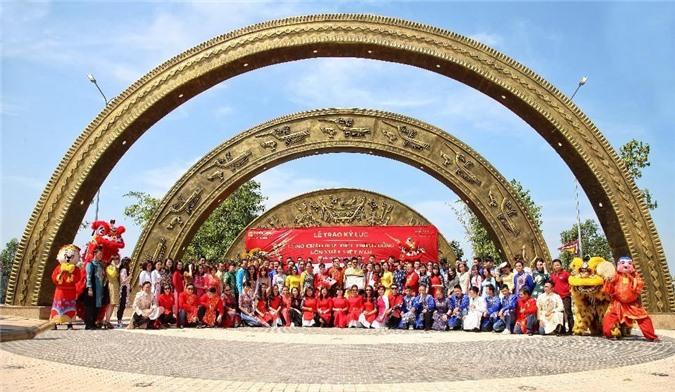 Phúc Khang nhận giải thưởng cổng chào lớn nhất Việt Nam (ảnh PK)