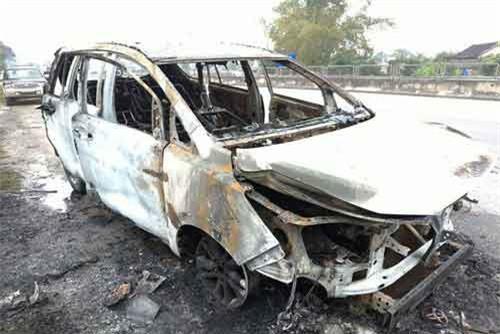 Chiếc xe bị thiêu rụi hoàn toàn, thiệt hại hàng trăm triệu đồng.