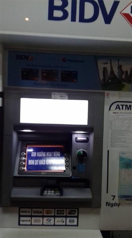 Máy ATM của NHTMCP Đầu tư và phát triển Việt Nam đặt tại tòa nhà HH2 Dương Đình Nghệ (Cầu Giấy, Hà Nội) nhiều ngày qua không sử dụng được. Ảnh chụp lúc 22 giờ ngày 3/2.