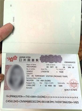 Visa có dấu hiệu làm giả được Liên gửi cho nạn nhân. Ảnh: T.H