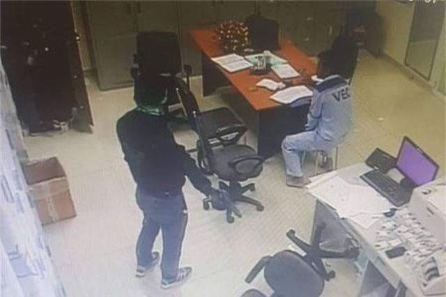 2 tên cướp táo tợn kề súng vào cổ nhân viên trạm thu phí cướp tiền - 1