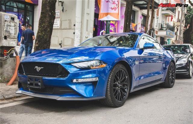 Cận cảnh Ford Mustang GT 2019 thứ 2 tại Việt Nam. Những chi tiết nhỏ như màu sơn ngoại thất hay bộ ghế ngồi thể thao chính là những sự khác biệt của chiếc Ford Mustang GT 2019 thứ 2 tại Việt Nam so với chiếc màu đen đầu tiên được nhập về cách đây không lâu. (CHI TIẾT)