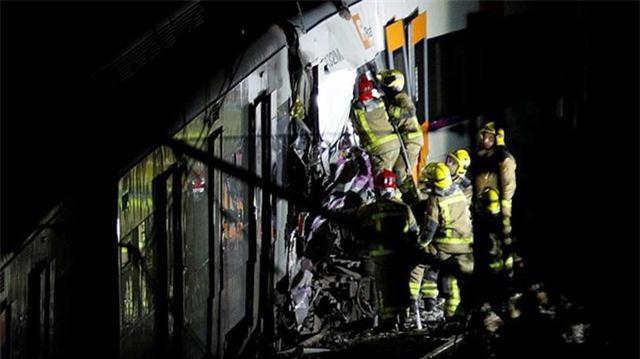 Các nhân viên cứu hộ cố gắng tiếp cận nạn nhân mắc kẹt trong toa tàu. (Ảnh: Reuters)