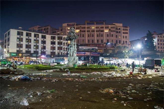Đường phố Đà Lạt ngập ngụa trong biển rác những ngày đầu năm mới Kỷ Hợi - Ảnh 1.