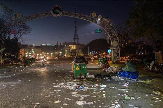 Đường phố Đà Lạt ngập ngụa trong biển rác những ngày đầu năm mới Kỷ Hợi - Ảnh 2.