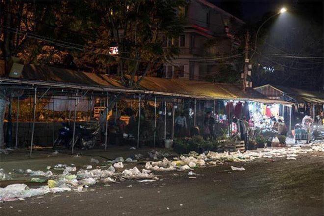 Đường phố Đà Lạt ngập ngụa trong biển rác những ngày đầu năm mới Kỷ Hợi - Ảnh 3.