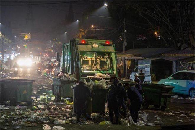Đường phố Đà Lạt ngập ngụa trong biển rác những ngày đầu năm mới Kỷ Hợi - Ảnh 6.