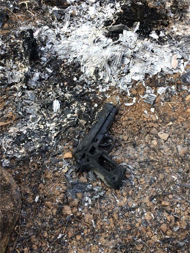 Khẩu súng mà 2 đối tượng dùng để uy hiếp nhân viên trạm thu phí bị đốt cháy khi các nghi can chạy trốn.