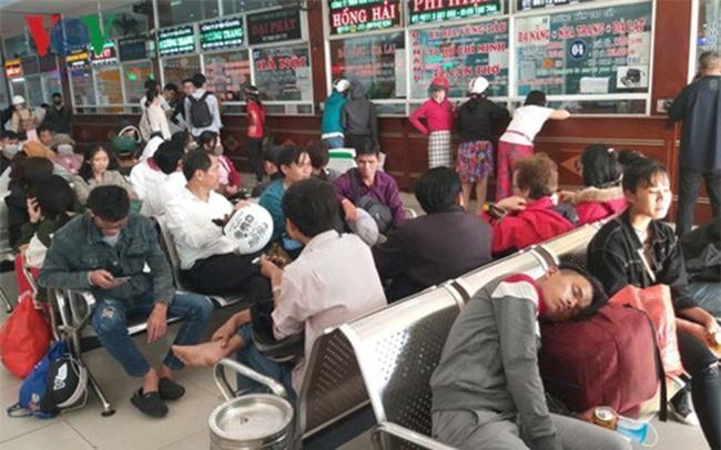 Hành khách mệt mỏi chờ đợi và không mua được vé. Ảnh: VOV