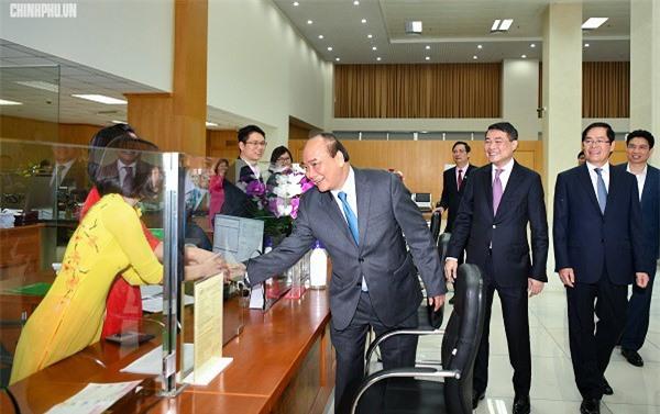 Thủ tướng thăm hỏi cán bộ, nhân viên, người lao động NHCSXH. (Ảnh: VGP)
