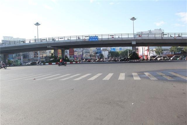 Đường phố Sài Gòn thênh thang đến lạ trong ngày làm việc đầu năm - 12