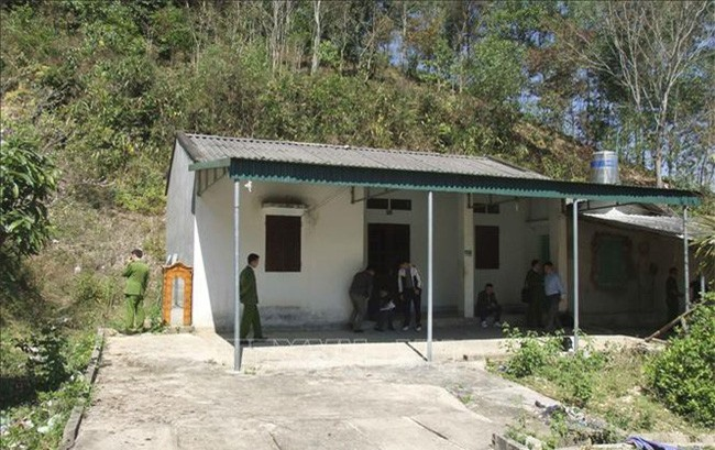 Trong ảnh: Căn nhà hoang nơi phát hiện thi thể nạn nhân. Ảnh: TTXVN phát.