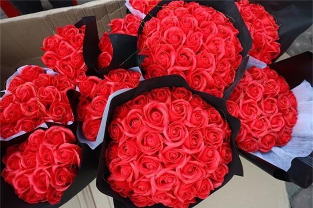 Đa dạng thị trường quà tặng Valentine nhưng sức mua khá yếu - 11