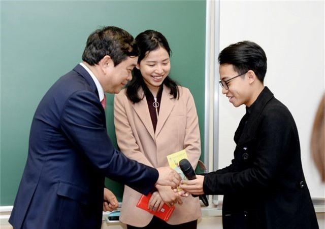 Hiệu trưởng trường ĐH Kinh tế quốc dân lì xì tới từng sinh viên - 1