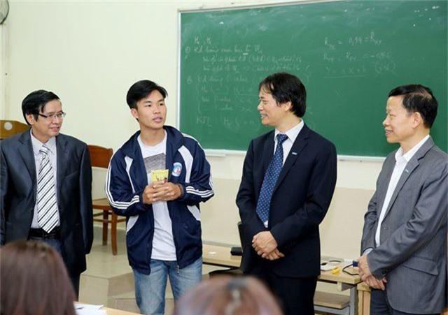 Hiệu trưởng trường ĐH Kinh tế quốc dân lì xì tới từng sinh viên - 3