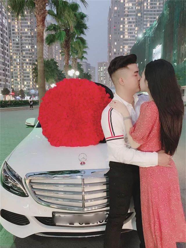 Chàng trai quỳ gối trên phố tặng 999 đóa hồng cho bạn gái ngày Valentine - 2