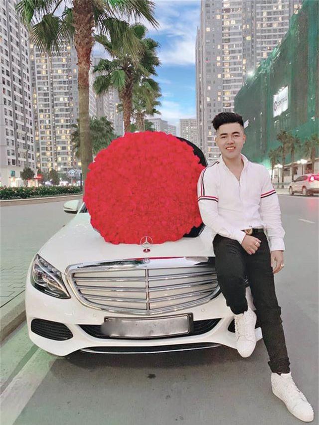 Chàng trai quỳ gối trên phố tặng 999 đóa hồng cho bạn gái ngày Valentine - 3