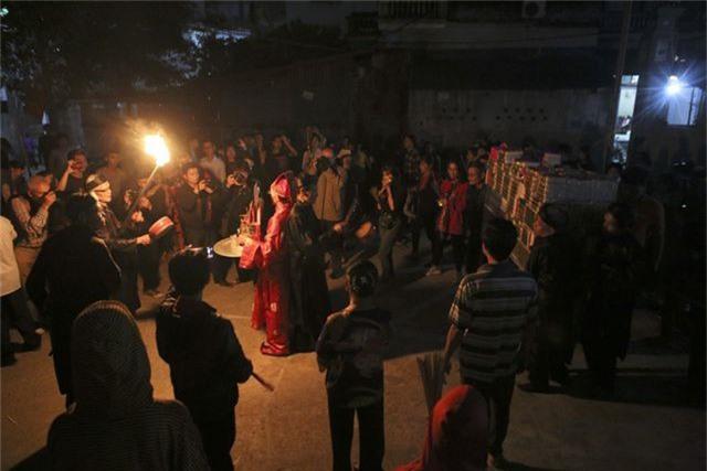 Đêm rước lửa thiêng cầu may mắn của dân làng Hà Nội - 7