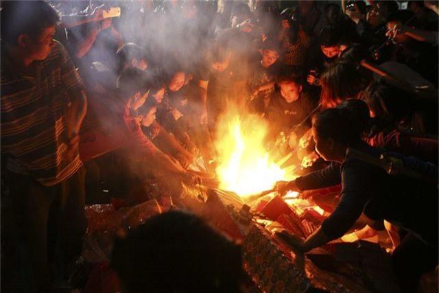 Đêm rước lửa thiêng cầu may mắn của dân làng Hà Nội - 9