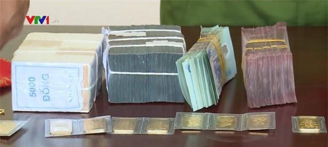 """Công an thu được số tiền cướp 2,22 tỷ đồng có cả những cọc tiền mệnh giá lớn """"nguyên đai, nguyên kiện"""" và cả vàng"""