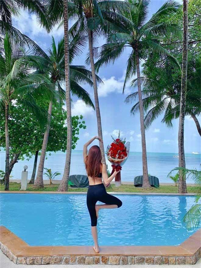 Hồ Ngọc Hà được Kim Lý tặng hoa khi cả hai đang đi nghỉ dưỡng tại Thái Lan, ở nơi khá cách xa trung tâm.