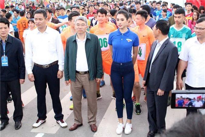 Hoa hậu Trần Tiểu Vy xỏ giày chạy cùng hàng trăm vận động viên tại Bắc Giang