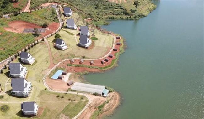 Một công trình xâm hại Khu du lịch quốc gia hồ Tuyền Lâm (Ảnh: TL)