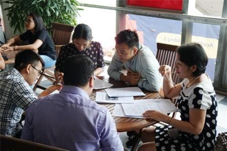 Tiến sĩ Nguyễn Anh Thư (phải), giảng viên Khoa Kinh doanh và Quản trị, thảo luận với đại diện doanh nghiệp về dự án học tập kết hợp kinh nghiệm thực tiễn