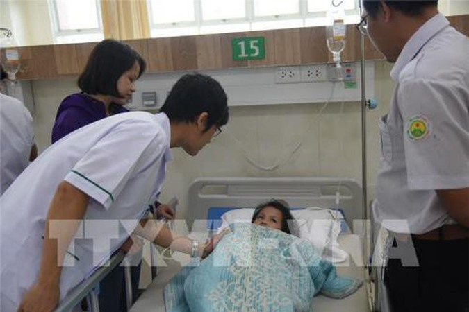 Học sinh nghi bị ngộ độc thực phẩm đang điều trị tại Bệnh viện Đại học Y Dược Shing Mark. (Ảnh: TTXVN)