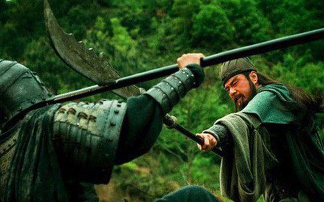 Cảnh Quan Vũ đấu Hạ Hầu Đôn trên phim.