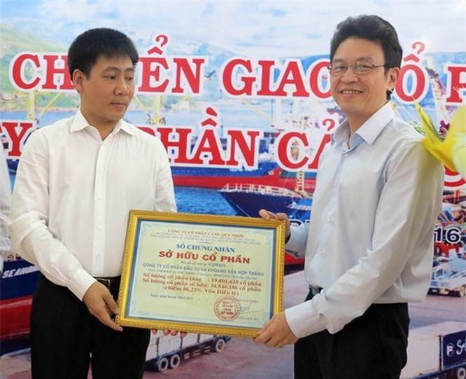 Ông Lê Anh Sơn- Chủ tịch HĐTV Vinalines (trái) trao Chứng nhận sở hữu CP Cảng Quy Nhơn cho ông Lê Hồng Thái, đại diện Cty CP Hợp Thành.
