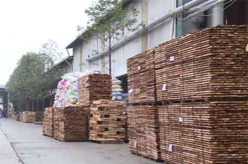 Công ty kiến trúc và nội thất NaNo chuyên sản xuất các sản phẩm nội thất xuất khẩu sang thị trường Mỹ, hiện họ vẫn đang khai thác nguyên liệu từ nguồn rừng trong trong nước. Tuy nhiên để tăng thêm quy mô xuất khẩu trong những năm tiếp theo, việc tìm kiếm nguồn nguyên liệu sẽ là khó khăn. Nguyên liệu gỗ trong nước mới chỉ đáp ứng được 75% nhu cầu, còn lại phải nhập khẩu. Cùng với đó, chất lượng nguyên liệu gỗ từ rừng trồng trong nước còn thấp do khai thác sớm, gỗ còn non, chưa đáp ứng nhu cầu sản xuất các sản phẩm gỗ nội thất có giá trị cao.  Trong khi nguyên liệu sản xuất còn chưa đảm bảo thì nhiều nhà nhập khẩu hiện đang siết chặt hơn vấn đề truy xuất nguồn gốc gỗ, việc sử dụng hóa chất trong sản xuất, đòi hỏi doanh nghiệp phải có vùng nguyên liệu hợp pháp và bền vững.  Ngoài ra, các doanh nghiệp kiến nghị Nhà nước cần có chính sách giảm thiểu xuất siêu nguyên liệu gỗ thô; đặc biệt, cần xây dựng nhiều vùng nguyên liệu gỗ lớn, đạt chất lượng, có chứng chỉ FSC.